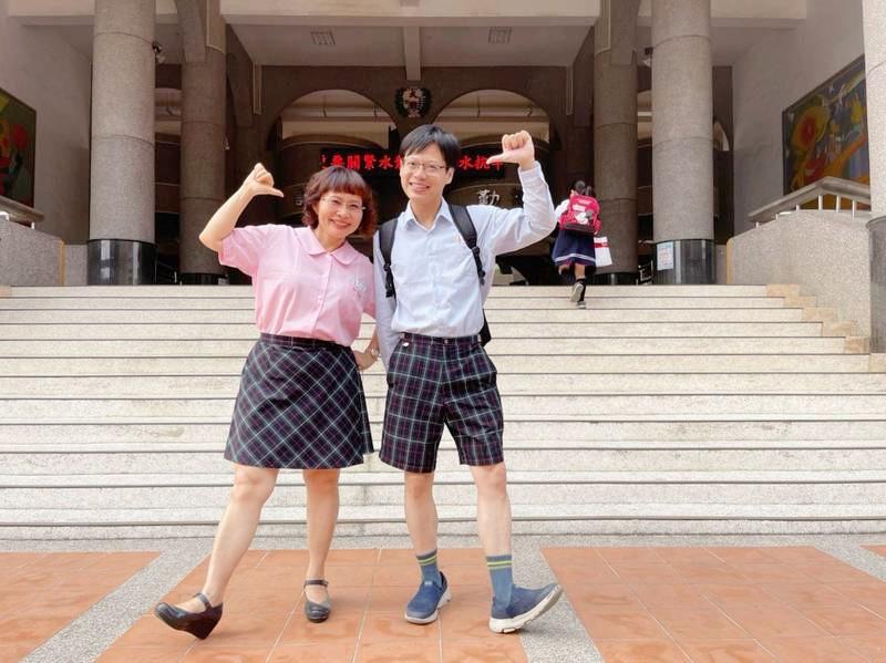 大同國小慶祝兒童節,校長盧淑娟(左)、家長會長胡文嘉(右)穿制服變裝成學生。
